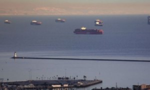 Kỷ lục 56 tàu container xếp hàng dài tại các cảng Los Angeles và Long Beach
